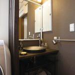 最近人気の小粋なお店のように信楽焼きの洗面ボウルに和風の縦格子で仕切られた洗面室。