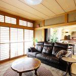 和室の畳のみをフローリングに替えて建て具をそのまま活かして和モダンな空間に。
