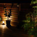 ヨットランプの灯りが夜のデッキを照らします。