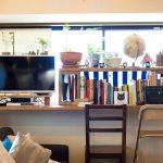 出窓に作り付けのデスクを造作。木の天板にデザイン違いの椅子が2脚。個性的なのに調和のとれたコーナーです。