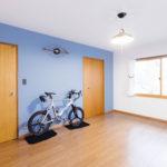 将来は子供部屋になるフリースペース。 壁面は塗装仕上げのこだわりのブルー。窓は、内窓にして防音、結露対策、断熱効果で省エネ対策にもなりました。