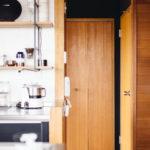 既存の洗濯機置き場も、現在の洗濯機が収まるように防水パン、 配管をとりかえました。 目に見えない配管などを含む工事は繊細な技術が求められます。