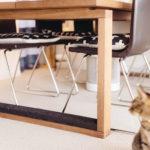 家族みんなが集まるテーブルの脚には猫用の爪とぎを取り付けました。他にも爪とぎを空間になじませるように設置。余計なところを傷つけない工夫です。