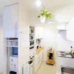 ウォーターサーバー、グラス、布巾掛け、ポット、レンジ等のキッチン家電もそのサイズに合わせて全て収納場所を確保。コンパクトかつ、使いやすいキッチンです。