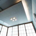 コンクリートの天井を隠すように和紙を使ったオリジナルの照明を造作。