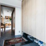 玄関の湿気対策には収納の内部に換気扇をつけて強制的に空気の流れを作ることで湿気がこもらない仕様。